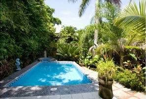 1/4 ACRE – 8 Unit Hotel With Pool At Entrance To Manuel Antonio Park And 2 Min Walk to the Beach !!!