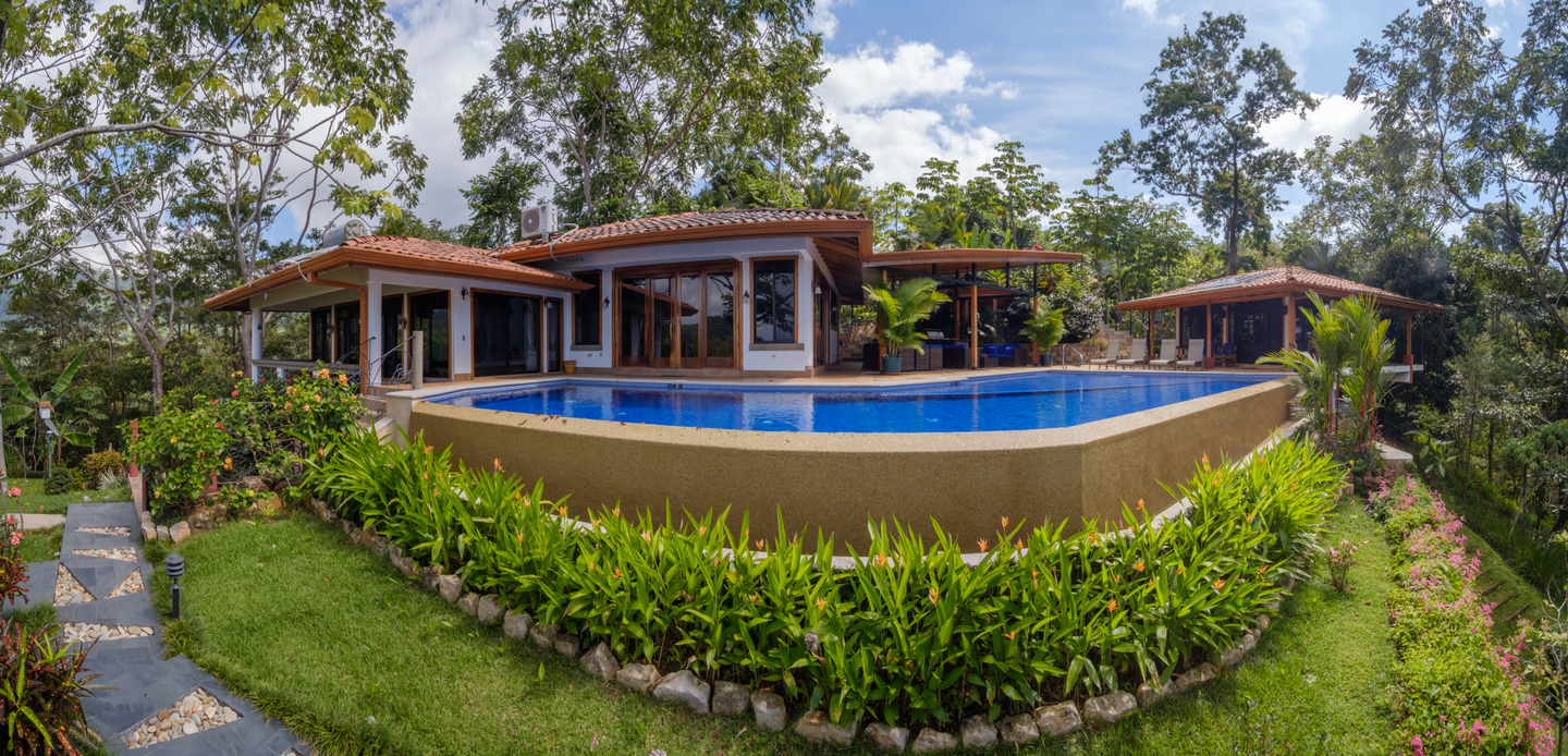 2 3 Acres 4 Bedroom Estate With 2 2 Bedroom Homes Pool