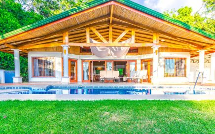 1.6 ACRES – 3 Bedroom, Amazing Whales Tail View, Pool and Close to Amenities!!!