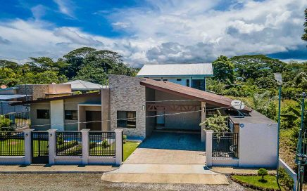 0.1 ACRES – 3 Bedroom Modern Home Minutes From The Quepos Marina!!!!